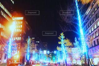 夜のライトアップされた街の写真・画像素材[1083459]