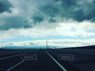 道の上の雲の写真・画像素材[1083462]