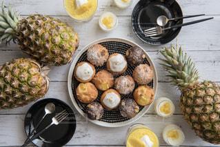 テーブルの上に食べ物の束の写真・画像素材[1862453]