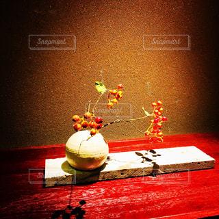 テーブルに赤と白のケーキの写真・画像素材[1149830]