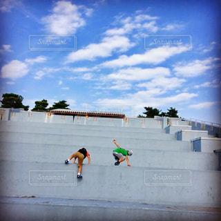 スケート ボードでトリックを行う空気中のジャンプ男の写真・画像素材[1303157]