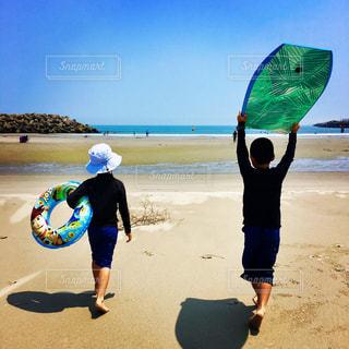 ビーチでカイトを持っている人の写真・画像素材[1305086]