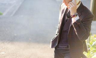携帯で電話をするスーツの男性の写真・画像素材[1032098]