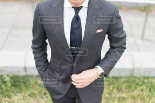 スーツとネクタイを身に着けている男の写真・画像素材[1117959]