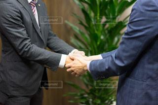 握手をする男性(ビジネスシーン)の写真・画像素材[1165413]