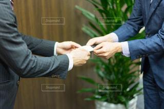 握手をする男性①(ビジネスシーン)の写真・画像素材[1165414]
