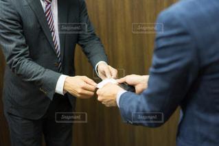 名刺交換をする男性②(ビジネスシーン)の写真・画像素材[1165421]