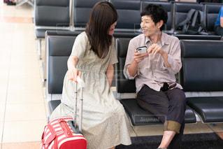 旅行の計画を確認するカップルの写真・画像素材[2329179]