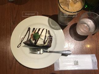 テーブルの上に食べ物のプレートの写真・画像素材[952688]
