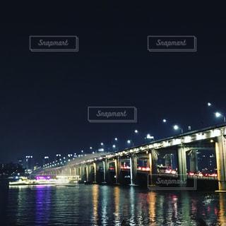 大きな橋が夜ライトアップ - No.1004650
