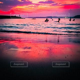 水の体に沈む夕日の写真・画像素材[1320900]