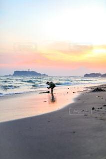 夕日のビーチで水遊びをする子供の写真・画像素材[2352181]