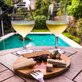 プールサイドでワインを楽しむ大人の楽しみの写真・画像素材[2352187]