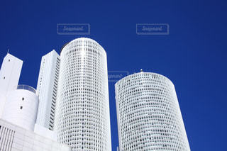 青空とビルの写真・画像素材[702492]