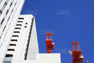 青空とビルとクレーン - No.702494