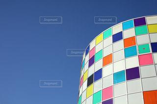 雲ひとつない青空とカラフルな建物の写真・画像素材[702495]