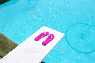 プールの飛込み台に置かれたビーチサンダル - No.717018