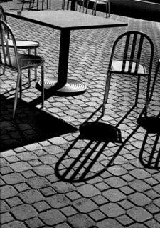 タイル張りの地面とテーブルと椅子の写真・画像素材[1629722]