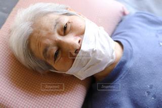 医療用マスクをして感染予防をするシニア女性の写真・画像素材[3141170]
