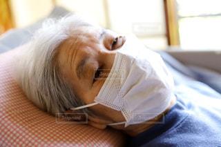 医療用マスクをして感染予防をするシニア女性の写真・画像素材[3141169]