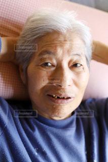 カメラに向かって微笑むシニア女性の写真・画像素材[3141177]