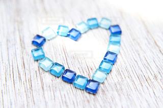 青いガラスタイルで作ったバレンタインハートのフレームの写真・画像素材[3296422]