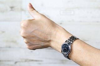 シルバーの腕時計をしていいねの仕草をする女性の手元の写真・画像素材[4315316]