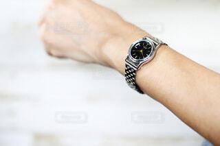 シルバーの腕時計をする女性の手元の写真・画像素材[4315315]