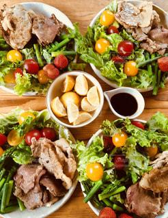 肉のソテーとサラダの写真・画像素材[1281017]