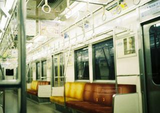 電車は建物の脇に駐車します。の写真・画像素材[880478]