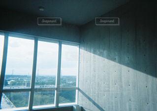 大きな窓のあるバスルームの写真・画像素材[897855]