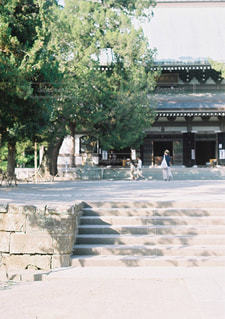 建物の前にベンチの写真・画像素材[897893]