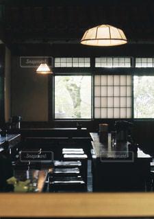 大きな窓とキッチンの写真・画像素材[897900]