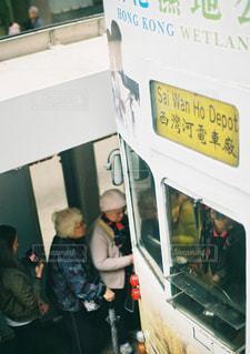 バス周りに立って人々 のグループの写真・画像素材[1285679]