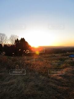 草原に沈む夕日の写真・画像素材[2719058]