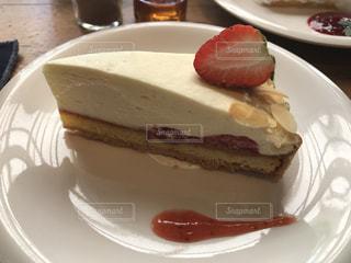 皿に一枚のケーキの写真・画像素材[2110527]