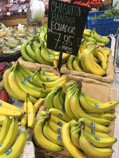 店のディスプレイ上のバナナの束の写真・画像素材[824293]