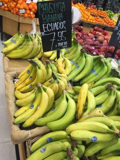 店のディスプレイ上のバナナの束の写真・画像素材[824294]