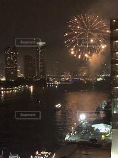 水の体の上の夜空に花火の写真・画像素材[1659694]