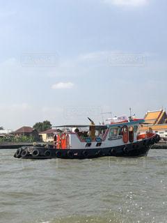 水の大きな体で小さなボートの写真・画像素材[1671353]