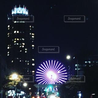 夜のライトアップされた街の写真・画像素材[779612]