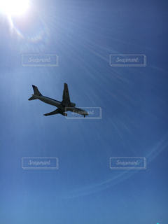 空を飛んでいる飛行機の写真・画像素材[1279760]