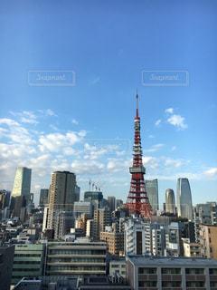 背景の高層ビル街の景色の写真・画像素材[1465660]