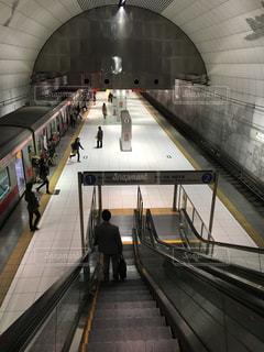 電車の駅で待っている人々 のグループの写真・画像素材[1640334]