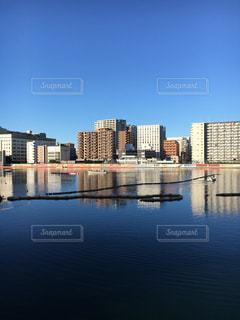 バック グラウンドで市と水体の写真・画像素材[1695088]