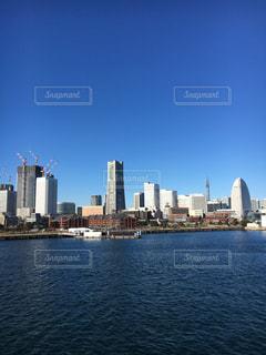 バック グラウンドで市と水の大きな体の写真・画像素材[1699872]