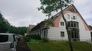 大規模なれんが造りの家の前の芝生と建物の写真・画像素材[901469]