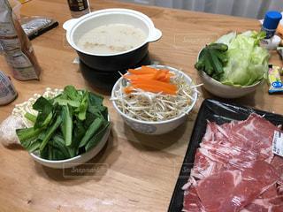 テーブルの上に座って食品のボウルの写真・画像素材[1263880]