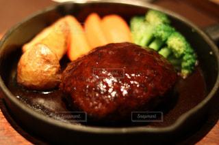 近くに食品のボウルのアップの写真・画像素材[870123]