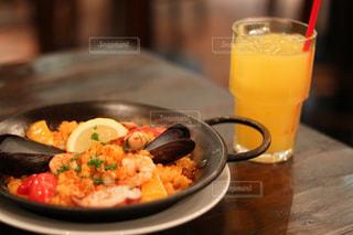 食品とオレンジ ジュースのガラスのプレートの写真・画像素材[879896]